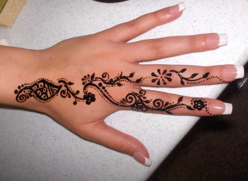 Mehndi Patterns For Fingers : Pakistan cricket player finger henna designs